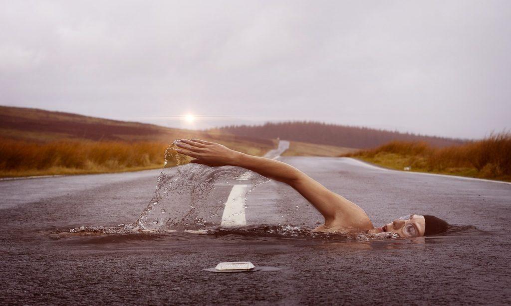 אישה שוחה בכביש